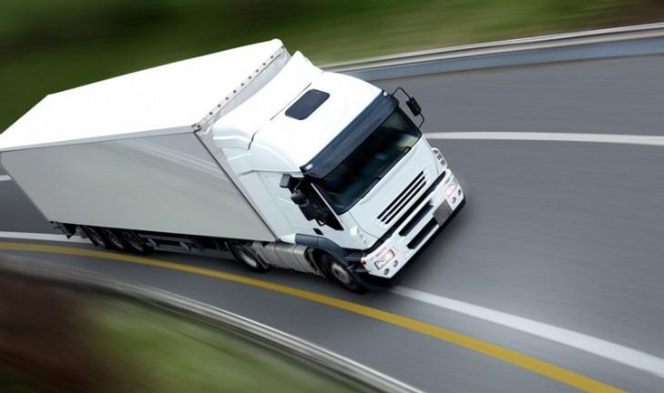 Une fille au volant d'un camion